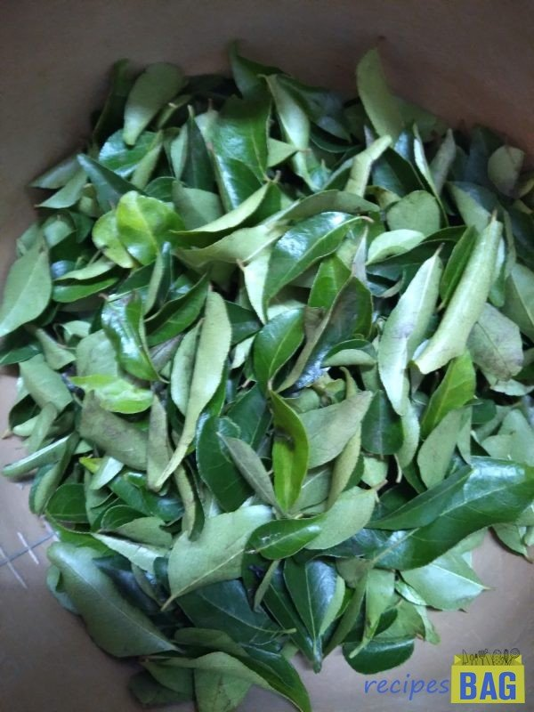 Separate the fresh curry leaves from the branches. Take only the fresh leaves, discard the withered leaves.