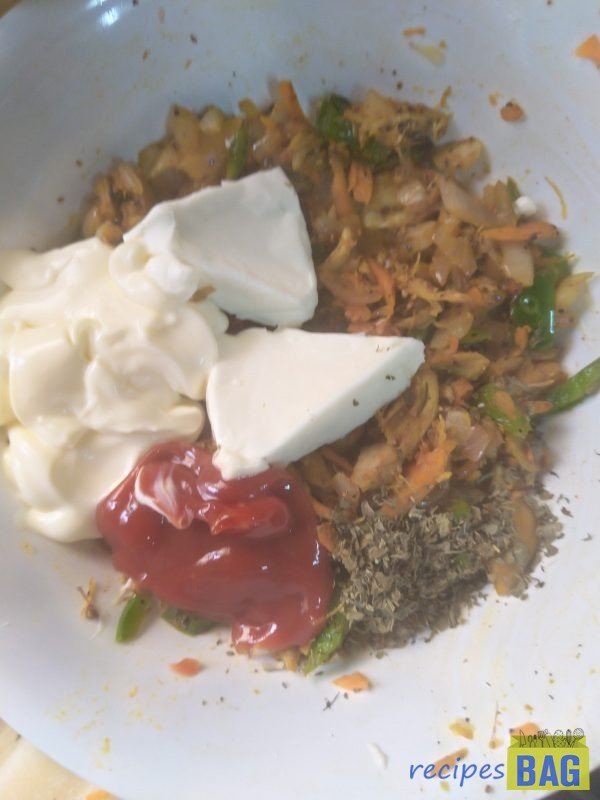 Take it in a bowl and add mayonnaise, cream cheese and ketchup and mix well. The filling is ready.