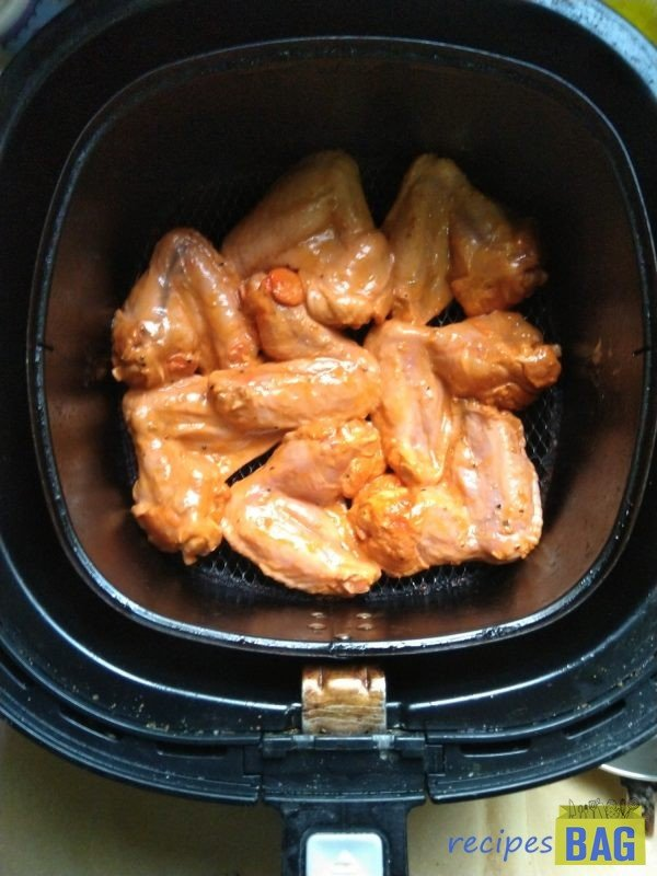 Now preheat the Airfryer for 3 minutes and grill the chicken wings at 180 degrees for 15 minutes.