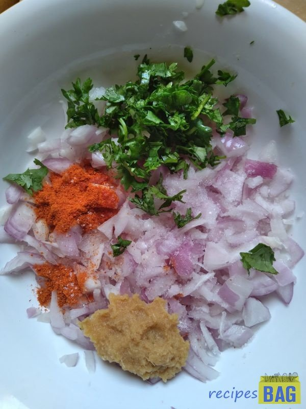In a bowl make the stuffing by adding onion, ginger garlic paste, salt, red chilli powder, coriander leaves and mint leaves. Keep this aside.